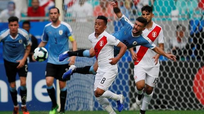 Pada menit ke-29 sebuah gol dari Giorgian De Arrascaeta dianulir wasit Wilton Sampaio setelah Nahitan Nandez dalam posisi offside. (REUTERS/Luisa Gonzalez)