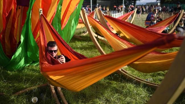 Momen Glastonbury juga menjadi kesempatan para pencinta musik dan kegiatan di luar ruang untuk liburan dan berpesta dengan musik sepekan penuh. (Oli SCARFF / AFP)