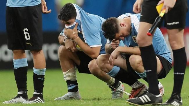 Para pemain timnas Uruguay tertunduk lesu setelah dikalahkan Peru pada perempat final Copa America 2019. (REUTERS/Ricardo Moraes)