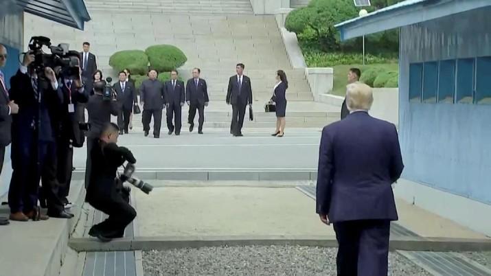 Pertemuan momen bersejarah karena Trump menjadi Presiden AS yang pertama kali menginjakkan kakinya ke tanah Korea Utara.