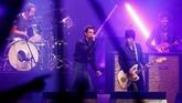 Aksi The Killers mampu memanaskan penonton saat tampil di Pyramid Stage pada 29 Juni 2019. (REUTERS/Henry Nicholls)