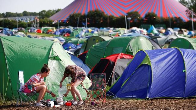 Glastonbury bukan hanya soal konser di panggung terbuka, melainkan juga menginap di tenda beratapkan langit lepas. (REUTERS/Henry Nicholls)