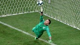 Kiper timnas Uruguay Fernando Muslera gagal menghentikan lima eksekutor penalti Peru. La Celeste pun kalah 4-5 dari Peru dalam drama adu penalti. (REUTERS/Sergio Moraes)