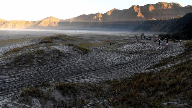 Hamparan pasir di Gunung Bromo Probolinggo, Jawa Timur, diselimuti embun beku atau embun upas,Minggu (30/6/2019). Fenomena embun upas tersebut disebabkan penurunan suhu yang mencapai 0 derajat celcius pada malam hari. (ANTARA FOTO/Zabur Karuru/hp.)
