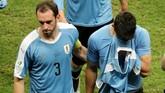 Kapten timnas Uruguay Diego Godin coba menghibur Luis Suarez yang menjadi satu-satunya eksekutor Uruguay yang gagal dalam adu penalti. (REUTERS/Sergio Moraes)