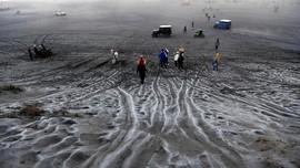 FOTO: Embun Beku di Hamparan Pasir Bromo