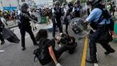 Aparat tak segan memukul pengunjuk rasa meskipun sudah jatuh tak berdaya. Mereka juga menggunakan semprotan merica untuk membubarkan massa. (Reuters/Thomas Peter)