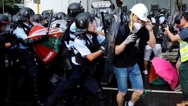 Ketegangan pun kian tinggi, terutama karena sebelumnya kepolisian sudah mengancam akan bertindak keras terhadap para demonstran. (Reuters/Tyrone Siu)