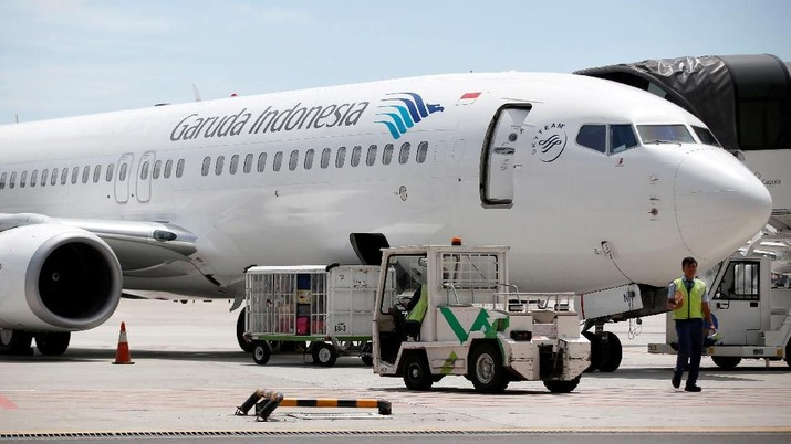 FILE PHOTO: A plane belonging to Garuda Indonesia is seen on the tarmac of Terminal 3, SoekarnoÐHatta International Airport near Jakarta, Indonesia April 28, 2017.   REUTERS/Darren Whiteside/File Photo