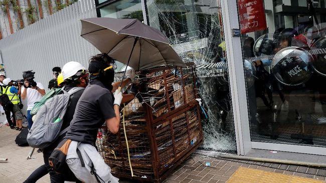 FOTO: Ricuh di Hong Kong, kala Troli Terobos Jendela Parlemen
