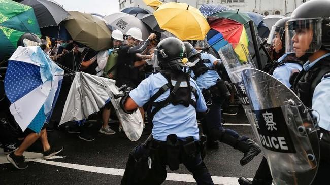 Sebelumnya, aparat sudah memukul mundur demonstran yang memenuhi ruas-ruas jalan di depan gedung pemerintahan Hong Kong. (Reuters/Thomas Peter)