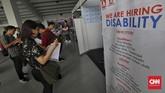 Para pencari kerja melihat stand lowongan kerja di gelaran Mega Career Expo, Gelora Bung Karno, Jakarta (2/6). (CNN Indonesia/Adhi Wicaksono)