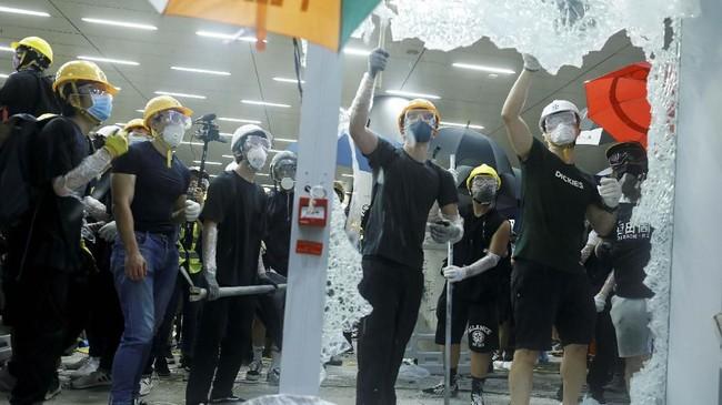Aksi demonstrasi memperingati 22 tahun penyerahan Hong Kong dari Inggris kepada China berakhir rusuh, karena massa pengunjuk rasa menyerbu kompleks gedung pemerintahan. (REUTERS/Thomas Peter)