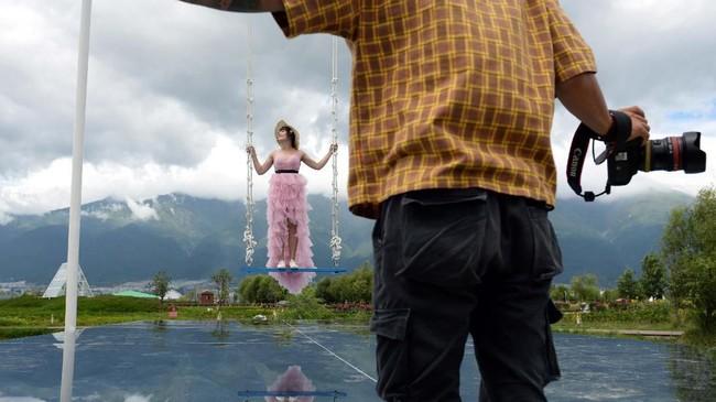 Tempat penginapan berupa hotel sampai homestay yang berada di bibir danau sepanjang 50 km ini sangat laku dipesan oleh turis. (REUTERS/Tingshu Wang)