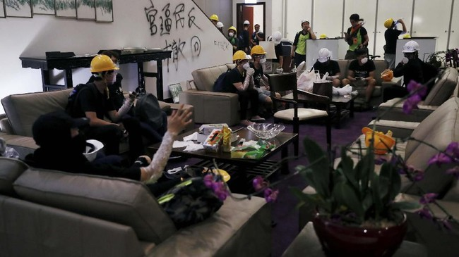 Pemimpin administratif Hong Kong, Carrie Lam, dalam jumpa pers pagi hari waktu setempat menyatakan mengutuk aksi para pengunjuk rasa. (REUTERS/Tyrone Siu)