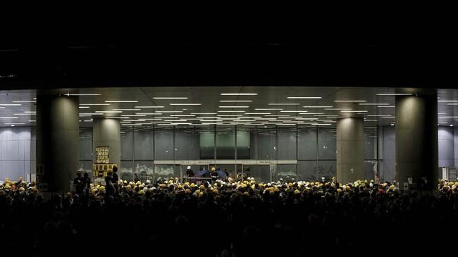 Para pengunjuk rasa yang mayoritas muda-mudi dengan mengenakan pakaian hitam-hitam menerobos barikade polisi yang sejak pagi menjaga gedung pemerintahan di kompleks Admiralty, yang terletak di pusat kota. (REUTERS/Thomas Peter)
