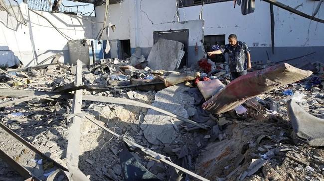 Pemerintah Libya yang didukung Perserikatan Bangsa-Bangsa (PBB) menyatakan serangan itu dilakukan oleh Pasukan Nasional Libya (LNA) yang dipimpin oleh Jenderal Khalifa Haftar. Haftar mendukung pemerintahan tandingan yang dibentuk di Benghazi. (REUTERS/Ismail Zitouny)