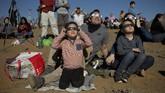 Ribuan warga pun berbondong-bondong ke gurun di La Higuera, Chile, itu pada 2 Juli untuk menyaksikan peristiwa gerhana matahari total. (AP Photo/Esteban Felix)