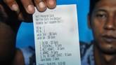 Petugas menunjukan hasil penghitungan pada Pemilihan Kepala Desa (Pilkades) berbasis elektronik atau e-voting di Kantor Desa Bendosari, Sawit, Boyolali, Jawa Tengah. (ANTARA FOTO/Aloysius Jarot Nugroho)