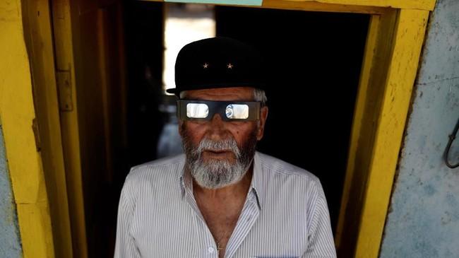 Para pedagang juga meraup untung di gurun Atacama. Merka menjual kacamata murah sekali pakai seharga Rp15 ribu, agar para warga bisa menikmati fenomena gerhana. (REUTERS/Juan Jose Gonzalez Galaz)