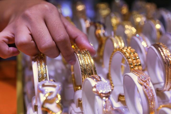 Berbicara harga emas antam, salah satu acuannya adalah harga emas dunia. Ketika harga emas dunia naik, harga emas antam cenderung