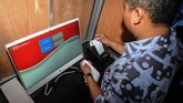Petugas mencetak hasil penghitungan pada Pemilihan Kepala Desa (Pilkades) berbasis elektronik atau e-voting di Kantor Desa Bendosari, Sawit, Boyolali. (ANTARA FOTO/Aloysius Jarot Nugroho)