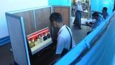 Warga mengamati foto calon kepala desa pada layar komputer saat Pemilihan Kepala Desa (Pilkades) berbasis elektronik atau e-voting di Kantor Desa Bendosari, Sawit, Boyolali, (ANTARA FOTO/Aloysius Jarot Nugroho)