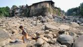 Anak-anak bermain di sungai Ciliwung yang menyusut debit airnya saat musim kemarau di Kampung Kebon Jukut, Babakan Pasar, Kota Bogor, Selasa (2/7). BMKG memprediksi puncak musim kemarau tahun ini terjadi pada Agustus mendatang.(ANTARA FOTO/Arif Firmansyah)