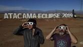 Turis dan warga lokal berbondong-bondong mendatangi Atacama, lokasi pengamatan gerhana total di Chile. Di gurun ini sebuah tenda penelitian astronomi telah didirikan. (MARTIN BERNETTI / AFP)