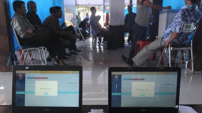 Sejumlah petugas, saksi dan pemilih tetap berada di dalam ruang pemungutan suara pada Pilkades berbasis elektronik atau e-voting di Kantor Desa Bendosari, Sawit, Boyolali, 29 Juni 2019. (ANTARA FOTO/Aloysius Jarot Nugroho)