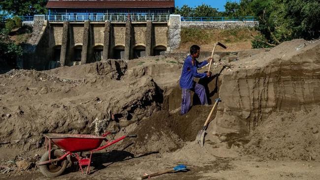 Warga menambang pasir di aliran Sungai Bendung Pucang Gading yang kering karena kemarau di Pedurungan, Semarang, Jawa Tengah. (ANTARA FOTO/Aji Styawan)