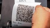 Pada prosespilkades, pemilih mendapatkan smart card setelah undangan memilih dicocokkan dengan data. Lalu, pemilih memilih foto calon kemudian keluar kertas 'barcode' yang dilipat untuk dimasukkan ke dalam kotak suara. (ANTARA FOTO/Aloysius Jarot Nugroho)