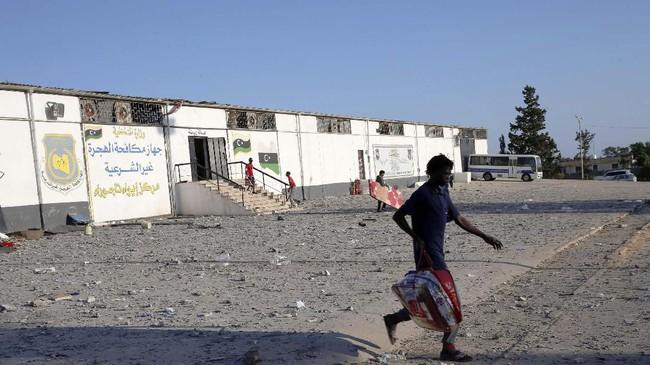 Sejak pasukan pemberontak yang didukung Pakta Pertahanan Atlantik Utara (NATO) berhasil menumbangkan pemimpin Libya, Muammar Khadafi, negara itu justru kacau balau. Faksi pemberontak dan loyalis Khadafi masing-masing membentuk pemerintahan di Tripoli dan Benghazi. (REUTERS/Ismail Zitouny)