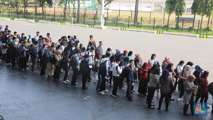 Ratusan Orang Rela Antre di GBK Demi Mencari Kerja