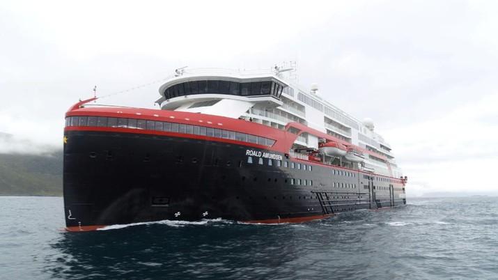 Kapal ini ditenagai oleh empat mesin dan dua unit baterai besar.
