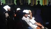 Warga melindungi kepala dari panas matahari saat antre di tempat pemungutan suara pada Pemilihan Kepala Desa (Pilkades) berbasis elektronik atau e-voting di Kantor Desa Bendosari, Sawit, Boyolali. (ANTARA FOTO/Aloysius Jarot Nugroho)