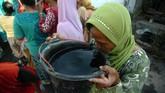 Seorang warga minum air dari ember di tempat pengedropan air bersih, Desa Jatimulya, Kabupaten Tegal, 26 Juni 2019. PMI dan BPBD Kabupaten Tegal mengedrop air bersih sebanyak 8.750.000 liter untuk warga di 20 desa di Kabupaten Tegal yang terdampak kekeringan untuk kebutuhan memasak, minum dan mandi. (ANTARA FOTO/Oky Lukmansyah)
