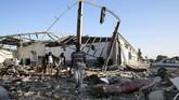 Sebuah pusat detensi imigran di Tripoli, Libya, menjadi sasaran serangan udara pada Rabu (3/7) dini hari waktu setempat. Akibatnya, jumlah korban meninggal dalam kejadian itu dilaporkan mencapai 40 orang dan 80 lainnya luka-luka. (REUTERS/Ismail Zitouny)