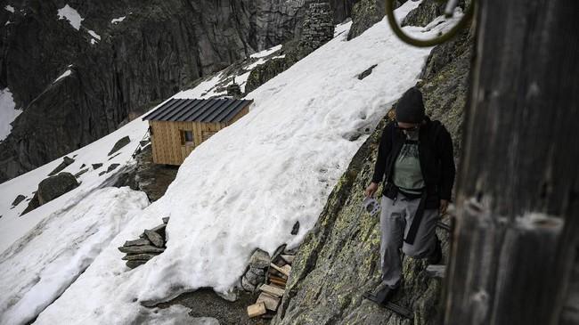 Bangunan berkayu itu tak terlihat mewah, namun pemandangan dari jendelanya terlihat megah. (AFP/Marco Bertorello)