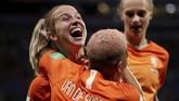 Jackie Groenen merayakan gol bersama Shanice van de Sanden dan Vivianne Miedema. (REUTERS/Benoit Tessier)