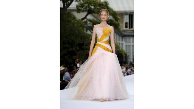Duet desainer rumah mode asal Inggris itu menghadirkan jajaran gaun dan setelan yang terinspirasi oleh era art-deco. (REUTERS/Charles Platiau)