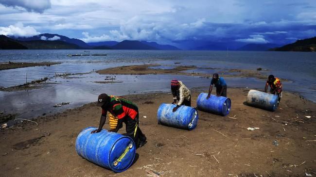 Tak heran, warga Kampung Obano sempat harus menebus satu liter harga Premium mencapai Rp50 ribu, saat wilayah lain hanya Rp6.450. (ANTARA FOTO/Akbar Nugroho Gumay)