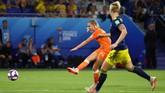 Di masa perpanjangan waktu, Jackie Groenen akhirnya mencetak gol yang mengantar Belanda unggul 1-0. (REUTERS/Denis Balibouse)