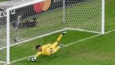 Chile terus mendominasi pertandingan di babak kedua. Namun kiper Peru, Pedro Gallese tampil gemilang menggagalkan peluang-peluang Chile. (REUTERS/Luisa Gonzalez)