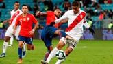Paolo Guerrero justru membuat Peru unggul 3-0 di masa injury time. Guerrero sukses lepas dari jebakan offside dan melewati kiper Chile. (REUTERS/Henry Romero)