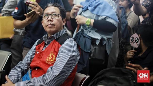 Joko Driyono sempat menangis saat menjalani sidang ketiga dalam agenda kesaksian dirinya sebagai terdakwa kasus penghilangan barang bukti dan pengrusakan tempat kejadian perkara pada 20 Juni. (CNN Indonesia/Andry Novelino)