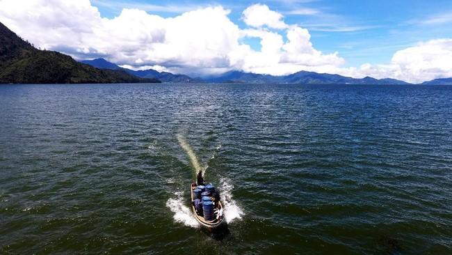 Untuk mengantarkan BBM dari Terminal BBM ke Kampung Obano dibutuhkan 10 jam perjalanan darat dan satu jam perjalanan melalui danau. (ANTARA FOTO/Akbar Nugroho Gumay)