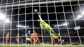 Kiper Swedia,Hedvig Lindahl beraksi menghalau serangan Belanda. Skor 0-0 bertahan hingga akhir waktu normal. (REUTERS/Bernadett Szabo)