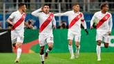 Edison Flores berhasil membawa Peru unggul 1-0 di menit ke-21. (REUTERS/Henry Romero)