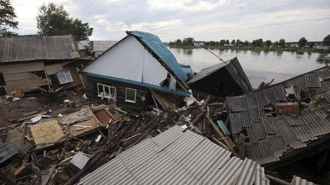 Angkatan Bersenjata Rusia mengerahkan pasukan untuk membantu evakuasi di kawasan yang terdampak banjir bandang. (REUTERS/Alexey Golovshchikov)